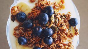fiber-in-granola-and-berries-to-lose-belly-fat